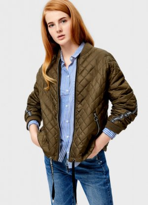 Короткая куртка-бомбер с ромбовидной стёжкой O`Stin. Цвет: хаки