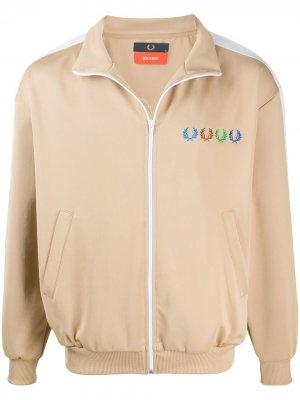 Спортивная куртка с вышитым логотипом Fred Perry. Цвет: нейтральные цвета