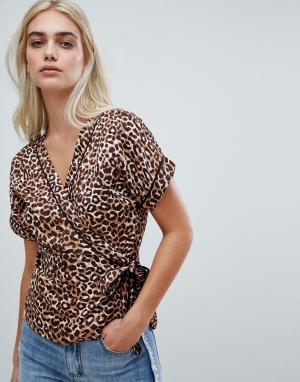 Блузка с леопардовым принтом и запахом Pieces. Цвет: мульти