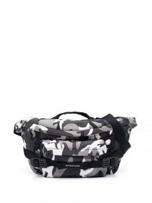 Большая поясная сумка с камуфляжным принтом Balenciaga. Цвет: черный