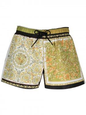 Пляжные шорты с принтом Versace. Цвет: желтый