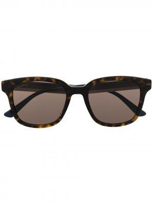 Солнцезащитные очки черепаховой расцветки Gucci Eyewear. Цвет: коричневый