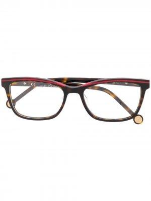 Очки в прямоугольной оправе Ch Carolina Herrera. Цвет: коричневый