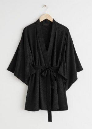 Шелковый халат с леопардовым принтом &Other Stories. Цвет: черный