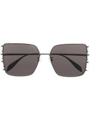 Солнцезащитные очки с заклепками Alexander McQueen Eyewear. Цвет: черный