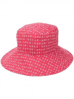 Шляпа с монограммой Issey Miyake. Цвет: красный