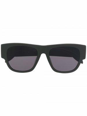 Солнцезащитные очки в квадратной оправе с логотипом Alexander McQueen Eyewear. Цвет: зеленый