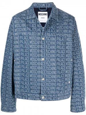 Джинсовая куртка с логотипом из коллаборации Palace Moschino. Цвет: синий
