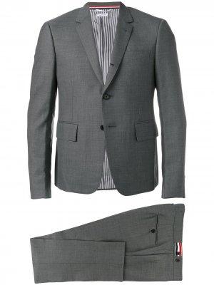 Костюм узкого кроя с однобортным пиджаком Thom Browne. Цвет: серый