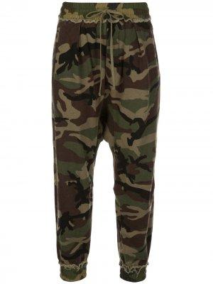 Укороченные спортивные брюки с камуфляжным принтом R13. Цвет: зеленый