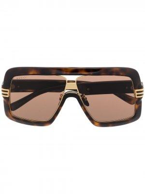 Солнцезащитные очки в массивной оправе Gucci Eyewear. Цвет: коричневый