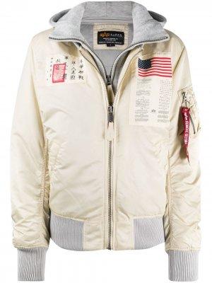 Куртка с нашивками Alpha Industries. Цвет: белый