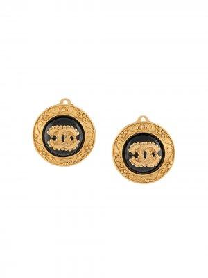 Декорированные серьги-клипсы 1996-го года с логотипом CC Chanel Pre-Owned. Цвет: золотистый