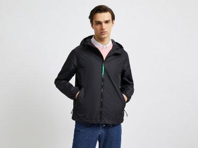 Куртка-дождевик с капюшоном Benetton. Цвет: черный