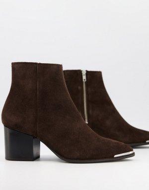 Коричневые замшевые ботинки челси на каблуке с острым металлическим носком и черной подошвой -Коричневый цвет ASOS DESIGN