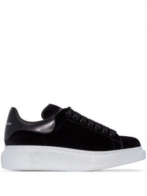 Бархатные кроссовки на массивной подошве Alexander McQueen. Цвет: черный