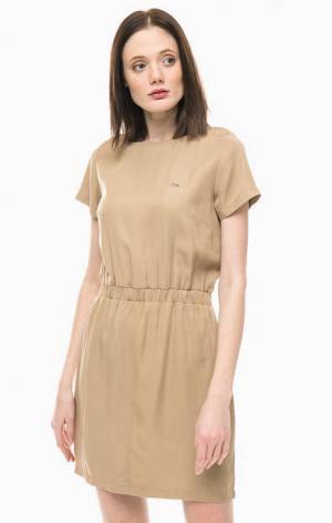 Короткое платье с расклешенной юбкой Lacoste. Цвет: бежевый