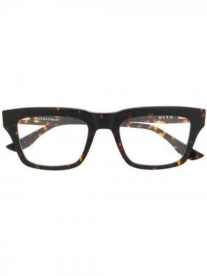 Очки Wasserman в квадратной оправе Dita Eyewear. Цвет: коричневый