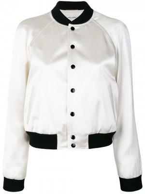 Атласная куртка-бомбер со змеями Saint Laurent. Цвет: белый