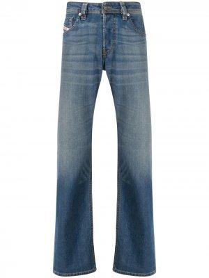 Расклешенные джинсы с эффектом потертости Diesel. Цвет: синий