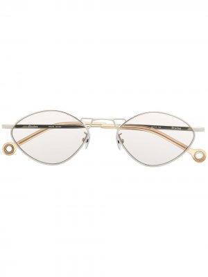 Солнцезащитные очки в геометричной оправе Etudes. Цвет: серебристый