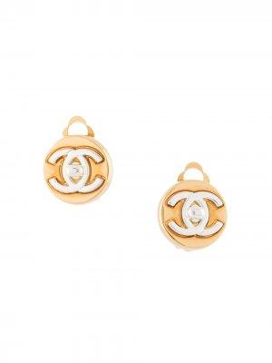 Серьги-клипы 1997-го года с логотипом CC Chanel Pre-Owned. Цвет: золотистый