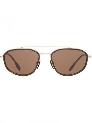 Солнцезащитные очки Navigator в геометричной оправе Burberry Eyewear. Цвет: коричневый