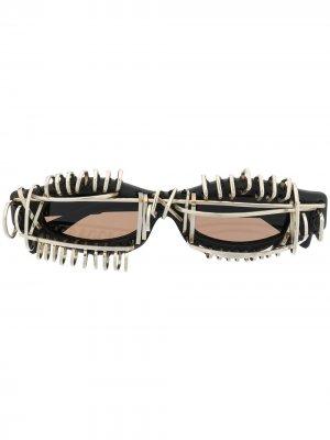 Солнцезащитные очки в декорированной оправе Kuboraum. Цвет: черный