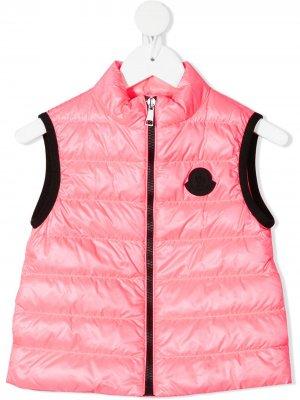 Дутый жилет с нашивкой-логотипом Moncler Enfant. Цвет: розовый