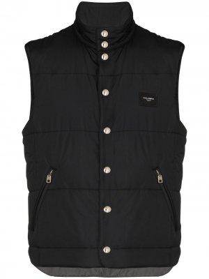 Дутый жилет с логотипом Dolce & Gabbana. Цвет: черный