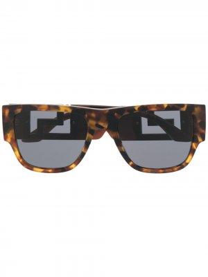 Солнцезащитные очки Greca Versace Eyewear. Цвет: коричневый