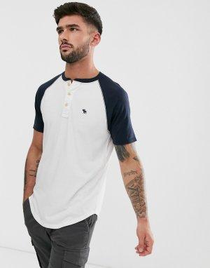Белая/темно-синяя бейсбольная футболка хенли с логотипом Abercrombie & Fitch. Цвет: белый