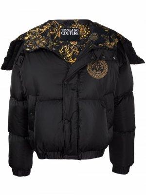 Пуховик с капюшоном и логотипом Versace Jeans Couture. Цвет: черный