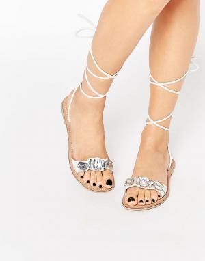 Кожаные сандалии с камнями и завязками FOCUS ASOS. Цвет: белый