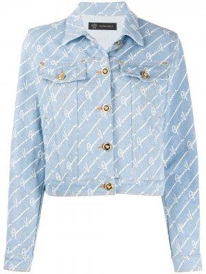 Укороченная джинсовая куртка GV Signature Versace. Цвет: синий