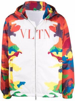 Куртка с капюшоном и камуфляжным принтом Valentino. Цвет: белый