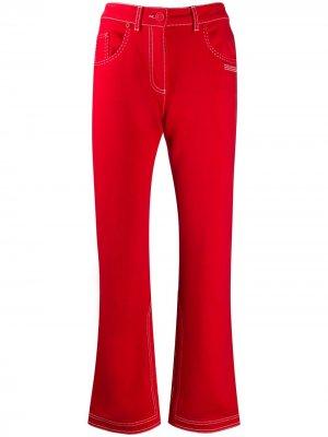 Расклешенные джинсы с контрастной строчкой Off-White. Цвет: красный