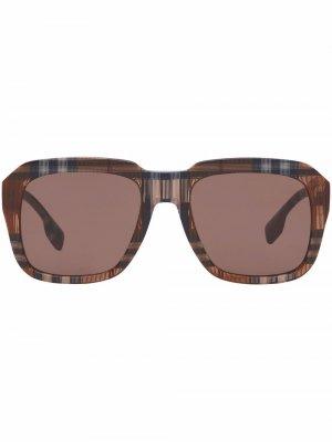 Солнцезащитные очки в клетчатой оправе Burberry. Цвет: коричневый